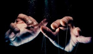 7 Signs that You Are in the Hands of a Manipulator